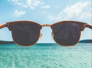 óculos de sol na praia