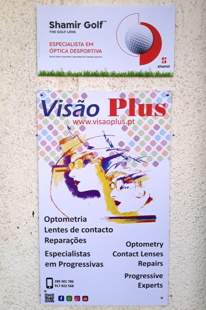 Cartaz da nova loja da Visão Plus em Vilamoura. Optometria, lentes de contacto, reparações, especialistas em progressivas. Ponto de venda de marca Shamir especialista em lentes desportivas