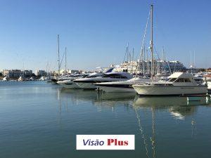 Marina de Vilamoura - barcos, logotipo da Visão Plus